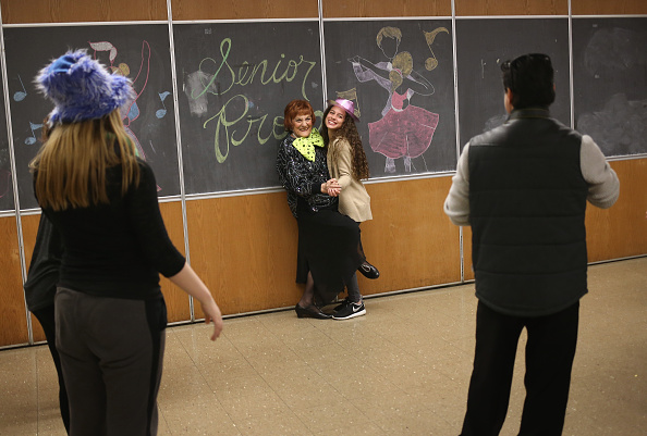 "High School Student「Elderly Staten Island Residents Mingle At ""Senior Prom""」:写真・画像(12)[壁紙.com]"