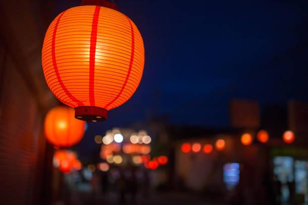 Japanese lanterns at traditional summer night festival:スマホ壁紙(壁紙.com)