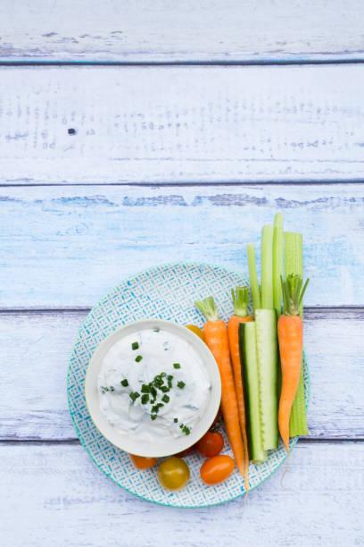 Bowl of herb yoghurt dip, cherry tomatoes and vegetable sticks on plate:スマホ壁紙(壁紙.com)