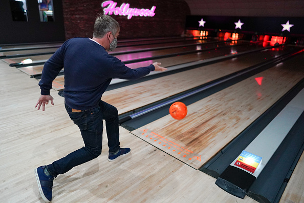 Threading「Brits Return To The Lanes As Bowling Alleys Reopen」:写真・画像(12)[壁紙.com]
