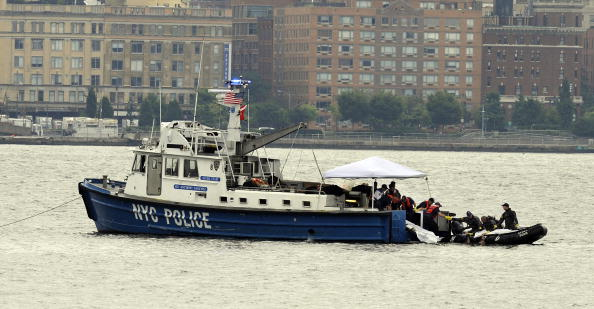 Stephen Chernin「Helicopter Collides With Small Plane Over Hudson River」:写真・画像(4)[壁紙.com]