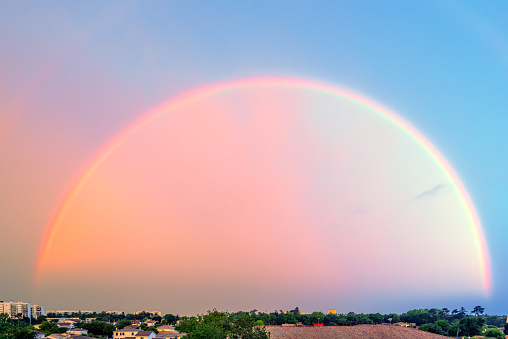 Nouvelle-Aquitaine「Full rainbow over the horizon, Bergerac, Dordogne, France」:スマホ壁紙(9)
