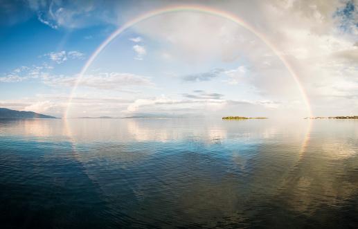 胸を打つ「フルレインボー海の」:スマホ壁紙(3)