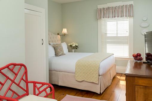 棚「Small Bedroom with Green Walls」:スマホ壁紙(18)