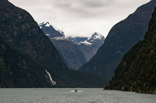 cloud「Boat leaving Milford Sound with Lady Bowen Falls in backround.」:スマホ壁紙(14)