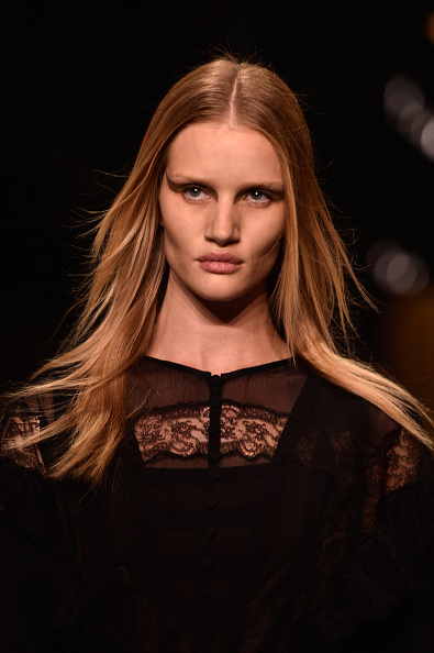Rosie Huntington-Whiteley「Givenchy : Runway - Paris Fashion Week Womenswear Spring/Summer 2015」:写真・画像(16)[壁紙.com]