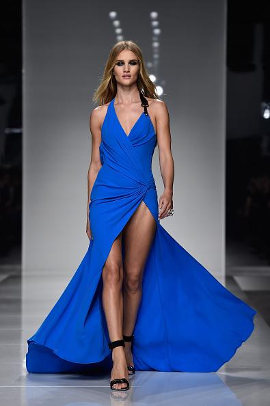 Rosie Huntington-Whiteley「Versace : Runway - Paris Fashion Week - Haute Couture Spring Summer 2016」:写真・画像(5)[壁紙.com]