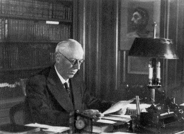 Desk Lamp「Professor Charles Laubry, French cardiologist, 1940.」:写真・画像(9)[壁紙.com]