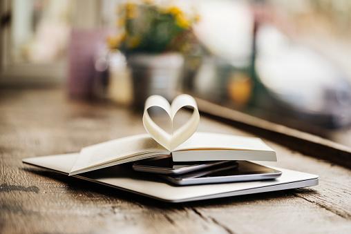 ハート「Book with heart-shaped pages on stack of mobile devices」:スマホ壁紙(10)