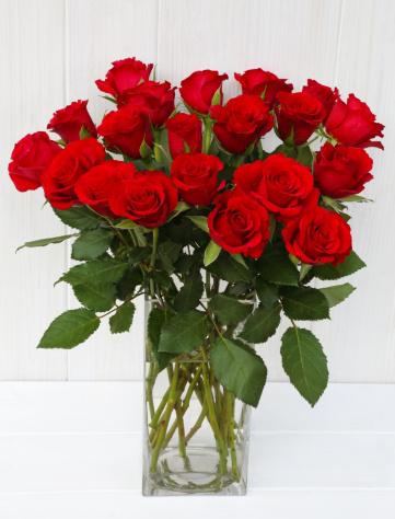 薔薇「Bunch of red roses in glass vase on white.」:スマホ壁紙(14)