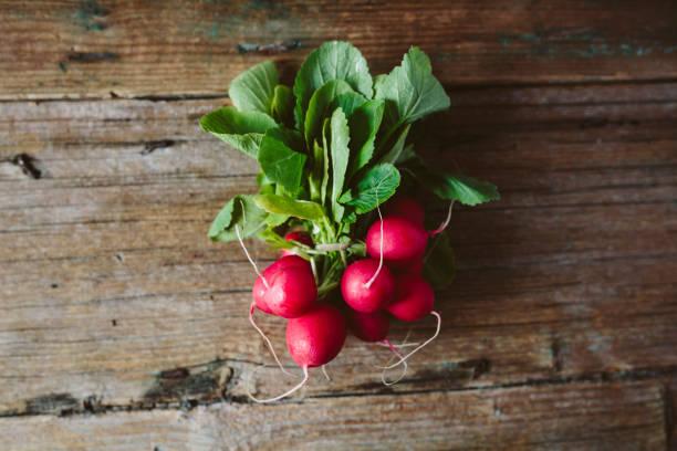 Bunch of red radishes on wood:スマホ壁紙(壁紙.com)