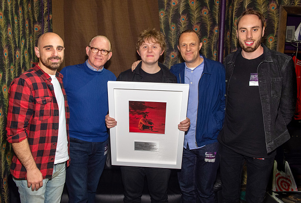 "Larry Busacca「Virgin EMI/Capitol Records Present Breakout Artist Lewis Capaldi With A Plaque To Commemorate Over One Billion Global Adjusted Album Sales, Including Over One Billion Combined Streams Of His Debut Album, ""Divinely Uninspired To A Hellish Extent""」:写真・画像(8)[壁紙.com]"