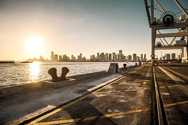 View over Miami harbour docks:スマホ壁紙(壁紙.com)