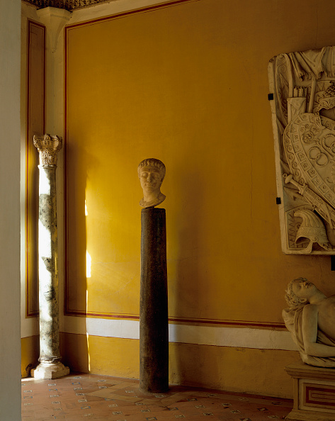 Tiled Floor「Old statue and column with painted wall and wall casa de pilatos」:写真・画像(12)[壁紙.com]