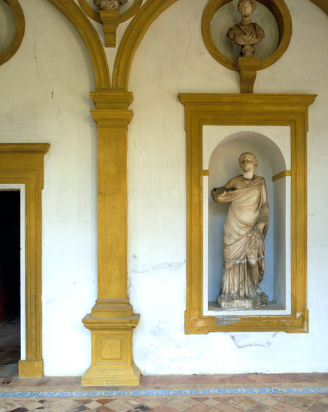 Female Likeness「Old statue on painted wall」:写真・画像(7)[壁紙.com]