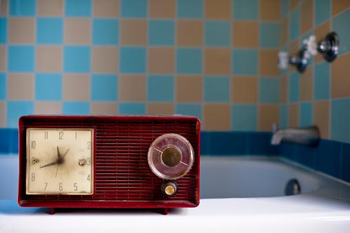 Porcelain「red vintage retro radio sitting on bath tub ledge」:スマホ壁紙(6)