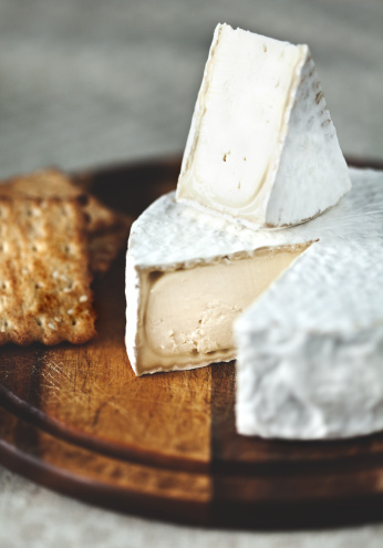 Cutting Board「Delicious white mold ripened cheese on wooden cutting board: Camembert」:スマホ壁紙(4)