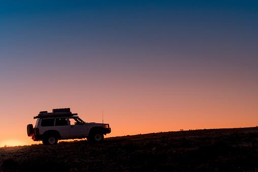 Back Lit「4WD Vehicle In The Australian Outback」:スマホ壁紙(8)