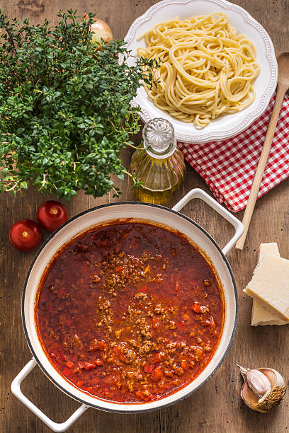 Cooking pot of Sauce Bolognese and bowl of cooked Spaghetti:スマホ壁紙(壁紙.com)