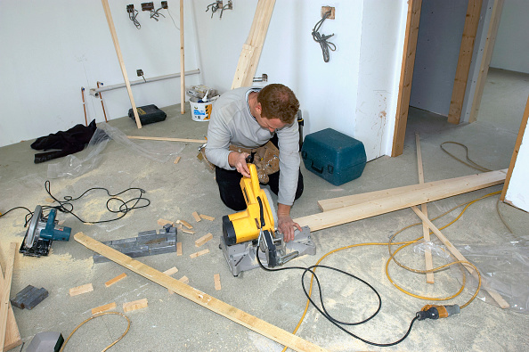 Cutting「Builders cutting timber with circular saw」:写真・画像(12)[壁紙.com]