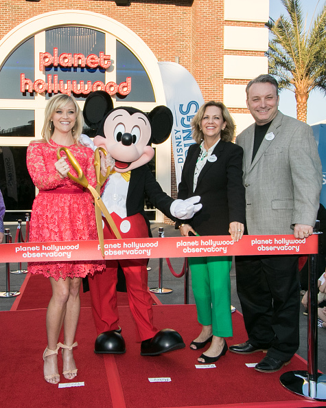 Mickey Mouse「Reese Witherspoon and Mickey Mouse Officially Open Planet Hollywood Disney Springs」:写真・画像(5)[壁紙.com]