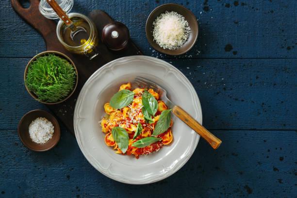 Prosciutto and cheese tortelloni with tomato cream sauce:スマホ壁紙(壁紙.com)