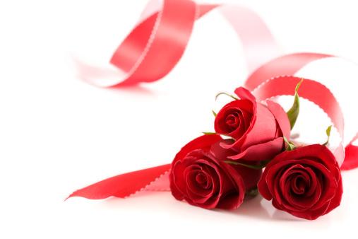 プレゼント「白の背景に 3 つのバラとリボン、コピースペース」:スマホ壁紙(13)
