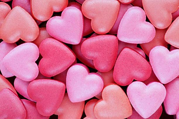 背景:カラフルなハート型キャンディーヴァレンティーヌグリーティングスに好適:スマホ壁紙(壁紙.com)
