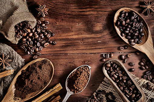 Tilt「Background of coffee beans and grinded coffee on a rustic table」:スマホ壁紙(3)