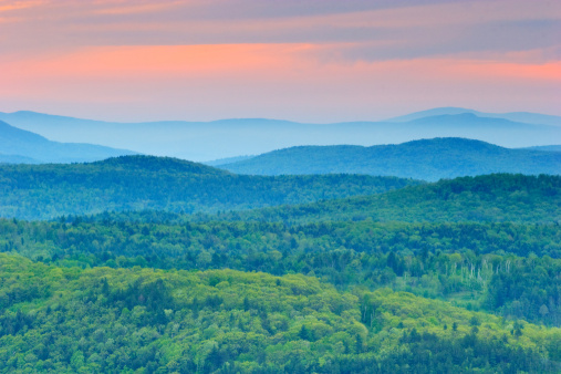 Mt Ascutney「Background of green rolling mountains of Vermont at sunset」:スマホ壁紙(1)