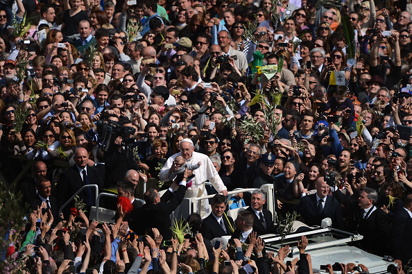 Jeff J Mitchell「Pope Francis Conducts The Palm Sunday Celebrations In St Peter's Square」:写真・画像(16)[壁紙.com]