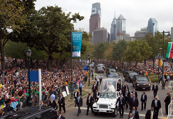 Philadelphia - Pennsylvania「Pope Francis Rides To Mass On Parkway In The Popemobile」:写真・画像(14)[壁紙.com]