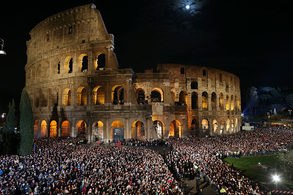 Coliseum - Rome「Pope Leads The Stations of The Cross At The Colosseum」:写真・画像(1)[壁紙.com]