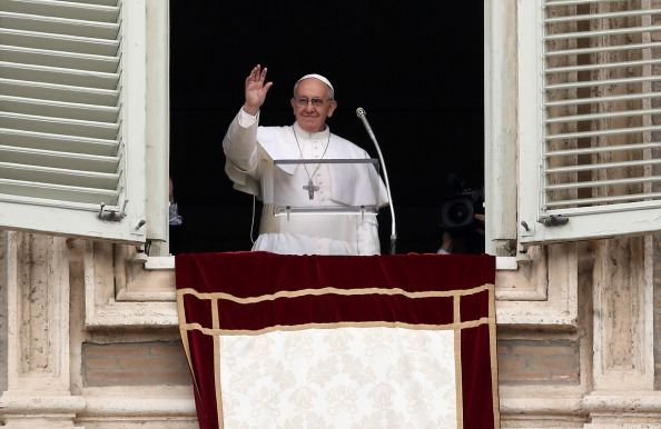Giving「Pope Francis Gives His First Angelus Blessing To The Faithful」:写真・画像(9)[壁紙.com]