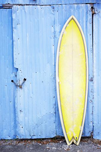 サーフィン「Surfboard leaning against and old shed」:スマホ壁紙(12)