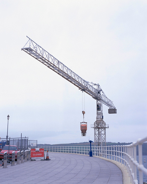 Footpath「Tower crane lifting concrete hopper over closed footway Renovation of Tinside swimming pool Plymouth Hoe, Plymouth, United Kingdom」:写真・画像(1)[壁紙.com]
