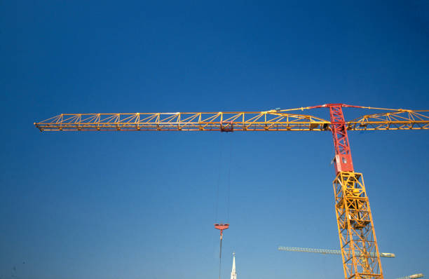 Tower crane on deep blue sky:ニュース(壁紙.com)