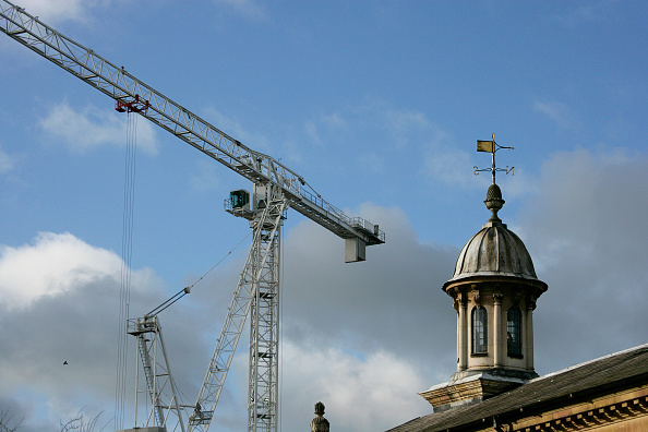 Finance and Economy「Tower crane and listed building, Cambridge, England, United Kingdom」:写真・画像(3)[壁紙.com]