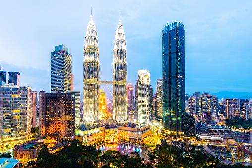 Kuala Lumpur「The Kuala Lumpur City Skyline With the Petronas Towers Illuminated at Sunset, Malaysia.」:スマホ壁紙(16)