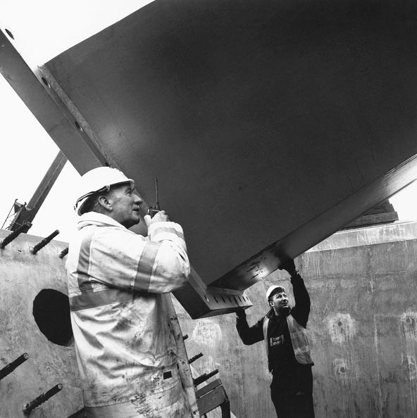 静物「Workers positioning prefabricated steel component onto in situ concrete block.」:写真・画像(12)[壁紙.com]