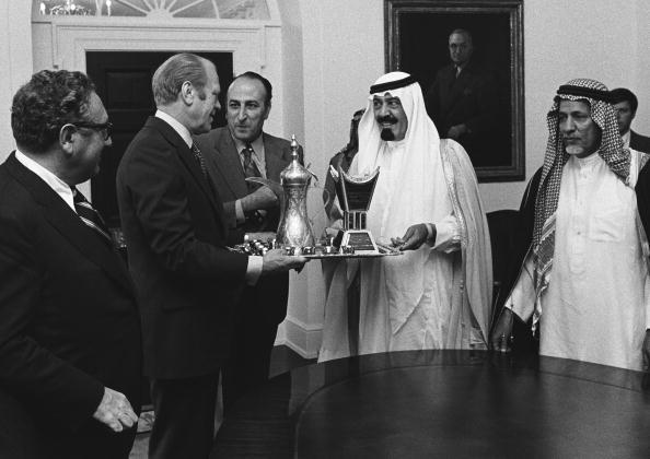 Abdul Aziz Ibn Saud「President Ford Accepts a Gift From Saudi Arabian Prince」:写真・画像(3)[壁紙.com]