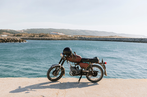 Motorcycle「View of old motorcycle on the sea shore, Nazare, Portugal」:スマホ壁紙(18)