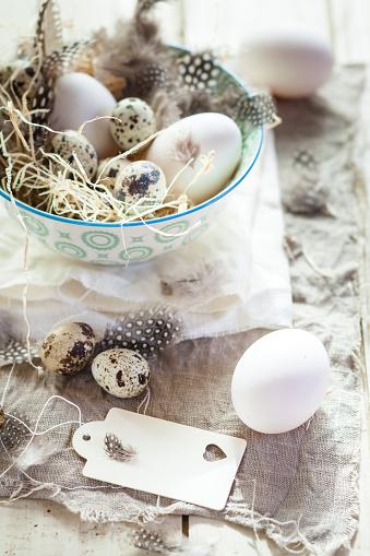 ウズラの卵「Eggs and quail eggs in bowl with tag」:スマホ壁紙(4)