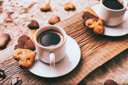 Cookie「Coffee and heart-shape cookies on wooden tray」:スマホ壁紙(12)