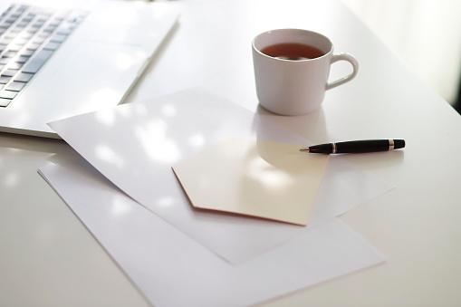 温かいお茶「Coffee and house shape with pen on table」:スマホ壁紙(5)