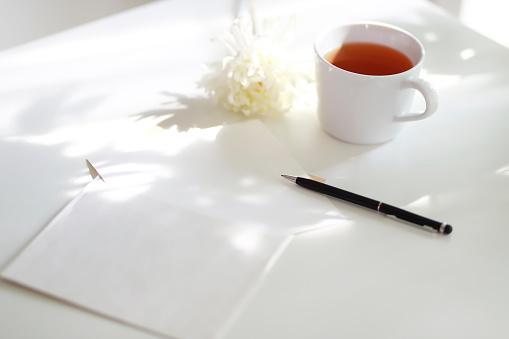温かいお茶「Coffee and flower with papers on table」:スマホ壁紙(4)