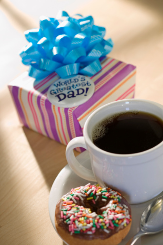 父の日「Coffee and donut next to Father's Day present」:スマホ壁紙(12)