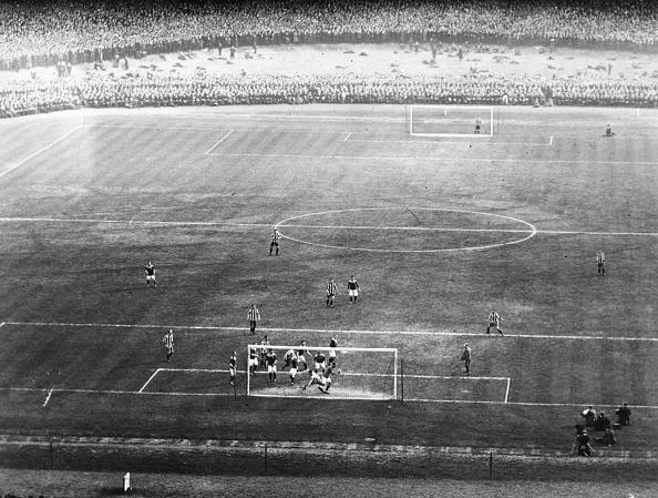 Old Trafford「Bradford V Newcastle」:写真・画像(6)[壁紙.com]