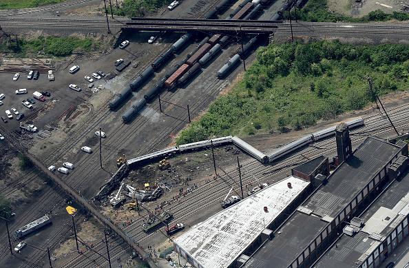Philadelphia - Pennsylvania「Amtrak Train Derailment Causes Mass Injuries In Philadelphia」:写真・画像(18)[壁紙.com]