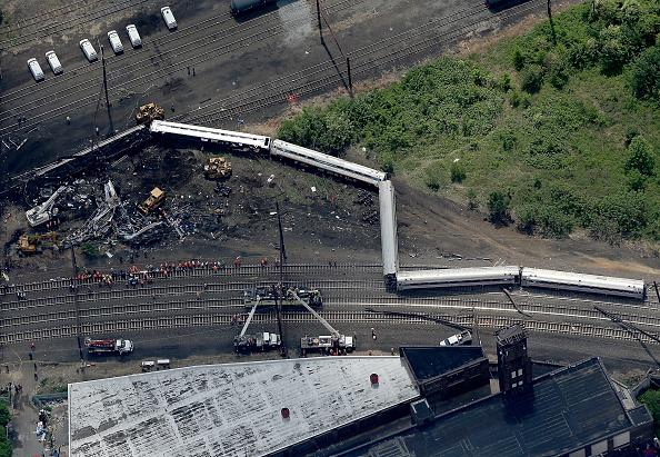 Philadelphia - Pennsylvania「Amtrak Train Derailment Causes Mass Injuries In Philadelphia」:写真・画像(4)[壁紙.com]